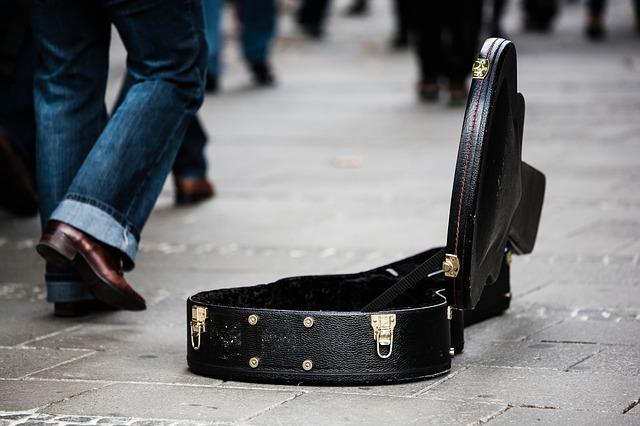 Spendenhilfe mit Gitarren-Koffer